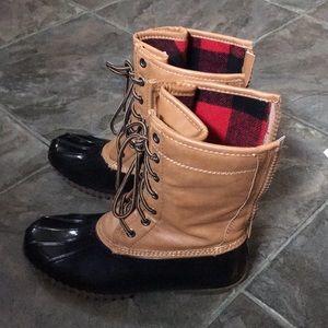 Madden Girl Flurryy Duck Boots Sz 8 -fits like a 7